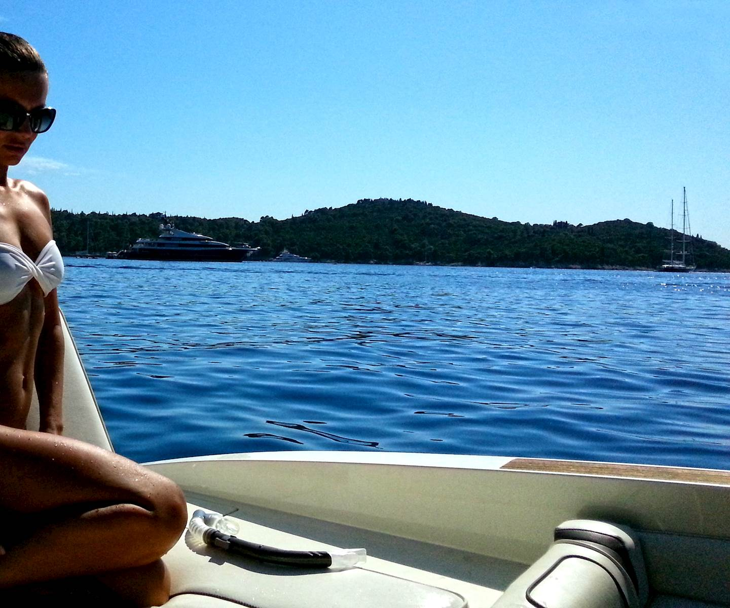 -images-excursions-elaphite-islands-speed-boat-excursion--speedboat-girl-on-sea-ray-240-sunsport-charter-boat-dubrovnik.jpg
